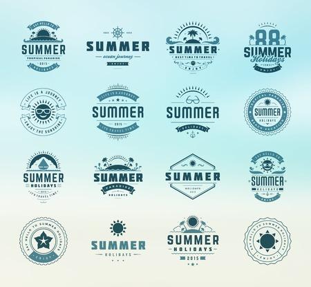 de zomer: Zomervakantie design elementen en typografie set. Retro en vintage templates. Etiketten, insignes, posters, T-shirts, Kleding. Vector set. Strandvakantie, partij, reizen, tropisch paradijs, avontuur.