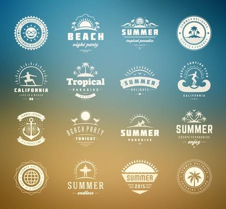 resor: Semestrar sommar designelement och typografi set. Retro och vintage mallar. Etiketter, märken, affischer, T-tröja, dräkt. Vektor set. Beach semester, party, resa, tropiskt paradis, äventyr.
