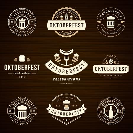 祝賀会: ビール祭りのオクトーバーフェストのお祝いレトロなスタイルのラベル、バッジとロゴの木製の背景上のビールのジョッキで設定。ベクトルの図。