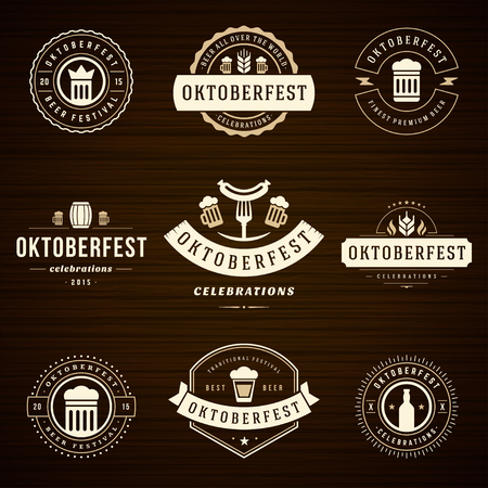 celebration: Festa della Birra etichette festeggiamenti dell'Oktoberfest stile retrò, distintivi e loghi impostato con boccale di birra su sfondo di legno. Illustrazione vettoriale. Vettoriali