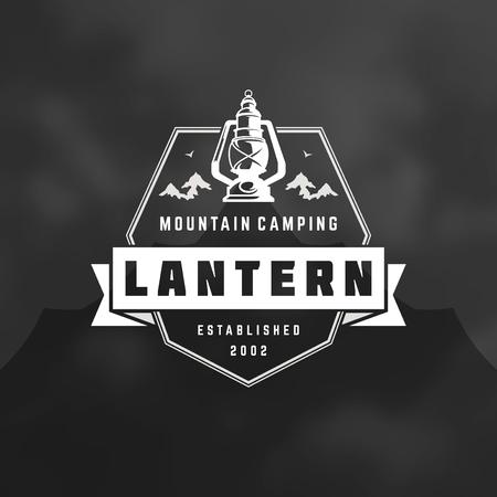●キャンプロゴエンブレムベクトルイラスト。アウトドアアドベンチャー探検、ランタンと山のシルエットシャツ、プリントスタンプ。ヴィンテー