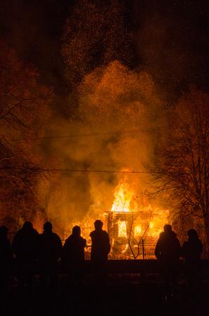 incendio casa: La gente en el fondo de las casas en llamas y chispas Foto de archivo