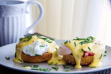 jamon: Huevos Benedict tostado muffins ingleses, jamón, huevos escalfados y salsa holandesa deliciosa mantequilla
