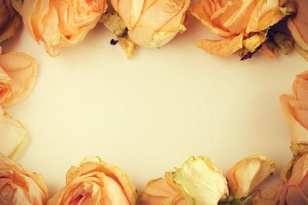 and bouquet: Sfondo delicato con le rose sbiadite in stile vintage con un posto libero per il testo Archivio Fotografico