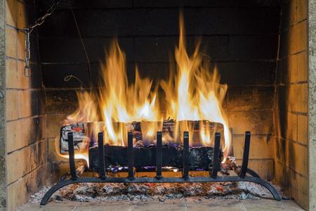 Incendie dans une cheminée. Gros plan de bois brûler dans le feu. Cheminée dans la maison. Bois de chauffage brûle dans une cheminée.