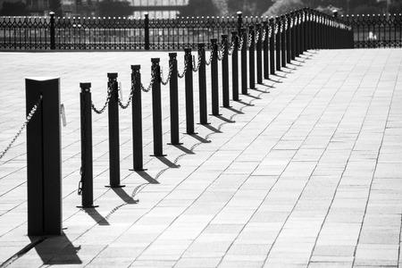 esgrima: cadena de esgrima con textura en una calle de la ciudad