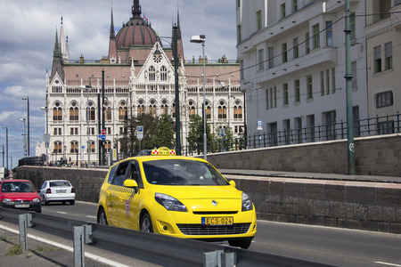 motor de carro: Taxi car in the street of Budapest against the background of the Hungarian Parliament