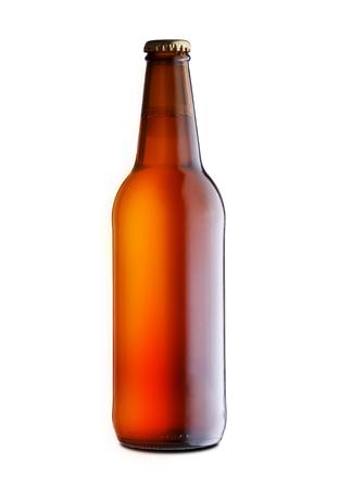 Botella de cerveza completamente cerrada sobre un fondo blanco.