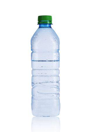 petite bouteille d'eau minérale sur fond blanc Banque d'images