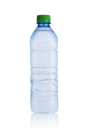 kleine plastic fles met mineraalwater op een witte achtergrond Stockfoto