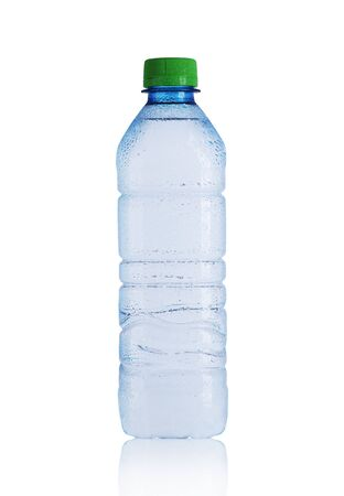 Pequeña botella de plástico con agua mineral sobre un fondo blanco. Foto de archivo