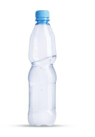 Una bottiglia di plastica piena a metà con acqua minerale su sfondo bianco