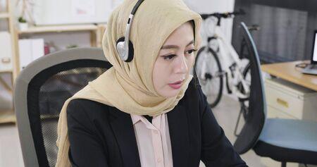 islam businesswoman talking on headset in modern office. 版權商用圖片