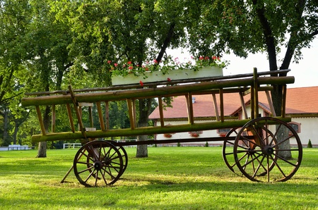 carreta madera: Esta foto actual vag�n de madera vieja en la decoraci�n parque