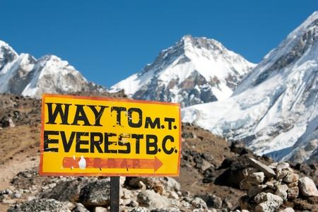 campamento: señal manera al Monte Everest antes de Cristo y el panorama del Himalaya Foto de archivo