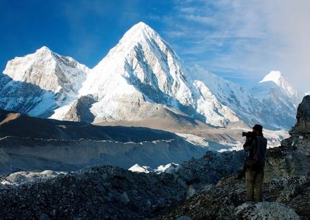 -ネパールのハイキング、山エベレストのベース キャンプに方法のカメラマン