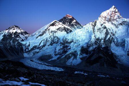 エベレストとカラパタールからヌプツェの夜間ビュー 写真素材