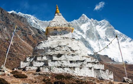 buddhist stupa: estupa budista con monte Lhotse - camino a campamento base del Everest Foto de archivo