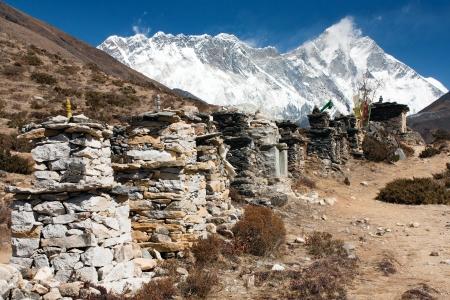 mount everest: buddhist prayer W�nden oder Gebet Stupas in Nepal auf dem Weg zum Everest Base Camp - Lhotse, Nuptse und Gipfel des Mount Everest