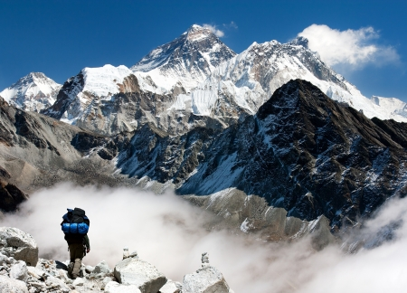 view of Everest from Gokyo with tourist on the way to Everest 版權商用圖片