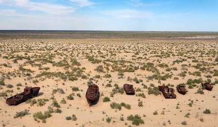 Moynaq、ムイノクまたは Moynoq - Aral の海やウズベキスタンのアラル湖周辺の砂漠の船