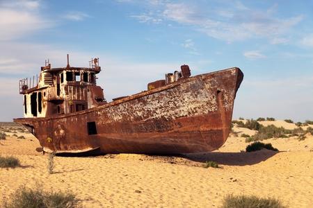Moynaq、ムイノクまたは Moynoq - Aral の海または Aral 湖 - ウズベキスタン - アジアのまわりの砂漠でのボート 写真素材