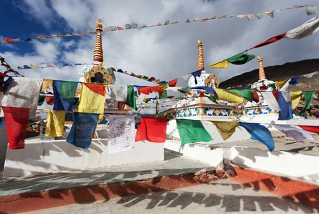 stupas: Bandierine di preghiera con stupa - Kunzum La Pass - Himachal Pradesh - India Archivio Fotografico