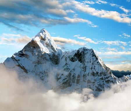 montañas nevadas: Hermosa vista de Ama Dablam con y hermosas nubes - Parque Nacional de Sagarmatha - valle de Khumbu - Trek al Everest leva de base - Nepal