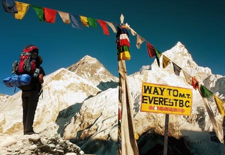夜の観光と、カラパタールから仏教の祈りのフラグとエベレスト ビュー道標と青の空 - エベレスト ベース キャンプからの方法 - ネパール 写真素材