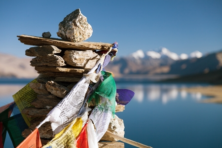bouddha: Lac Tso Moriri avec des drapeaux de prière - Ladakh - Jammu-et-Cachemire - Inde Banque d'images