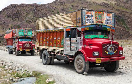 Indie, Ladakh, CIRCA 09 2013 - Barevné nákladní auto v indickém Himálaji - Ladakh - Džammú a Kašmír.