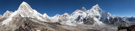 ri: Panoramic view of Mount Everest, Lhotse, Nuptse, Pumo Ri and Kala Patthar- way to Everest base camp - Nepal Stock Photo