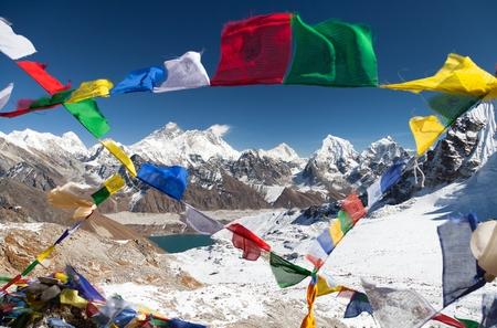 女 La から仏教の祈りのフラグとエベレストのビューを渡す - ネパール