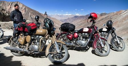 enfield: Khardung PASS, Ladakh, India, 11 settembre 2013 - motocycles marchio Royal Enfield e biker in alto valico stradale sul mondo Khardung, Ladakh, Jammu e Kashmir, in India