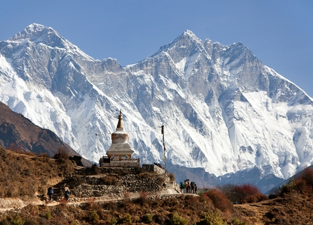bazar: Stupa near Namche Bazar and Mount Everest, Lhotse and Nuptse - way to Everest base camp - Nepal Stock Photo