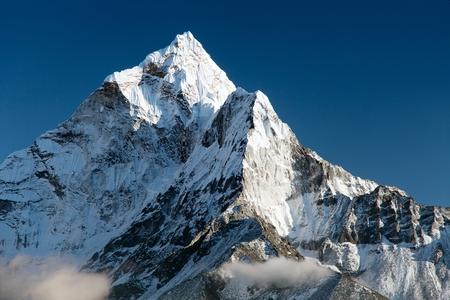 splendida vista del modo monte Ama Dablam al campo base dell'Everest in Nepal