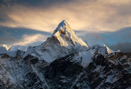 エベレスト ベース キャンプ ネパールへの道に海部 Dablam の夕景 写真素材