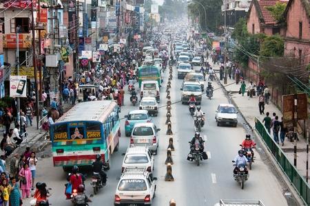 mermelada: KATMANDU, NEPAL, 07 de septiembre 2010 - Atestado carretera atasco de tráfico en la ciudad de Katmandú Editorial
