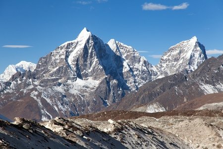 caras: Tabuche pico, Cholatse y Arakam Tse - hermosas monta�as del Himalaya en todo el camino hacia el campamento base del Everest, zona de Everest, Khumbu valle, Solukhumbu, Parque Nacional de Sagarmatha, Nepal Foto de archivo