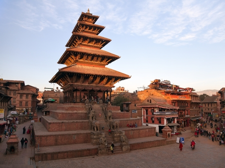 hinduist: BHAKTAPUR, NEPAL, 10th DECEMBER 2014 - Evening view of Nyatapola Pagoda on Taumadhi Square in Bhaktapur, Kathmandu Valley, Bhaktapur is one of the best historic town in Nepal
