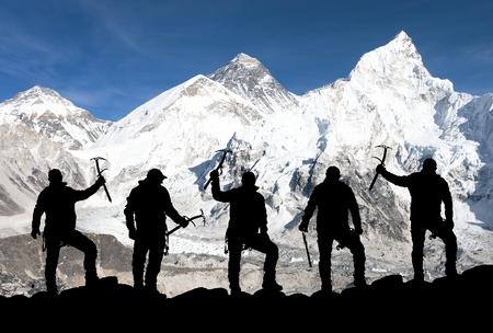エベレスト カラパタールと氷で登山の男性のシルエットからカラパタールから斧手に - エベレスト ベース キャンプへのトレッキング - ネパール