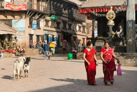 indigene: BHAKTAPUR, NEPAL, 10th DECEMBER 2014 -typical indian woman on street in Bhaktapur Editorial