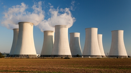 Sera vista di una centrale nucleare Jaslovské Bohunice colorato - Slovacchia Archivio Fotografico - 51139362