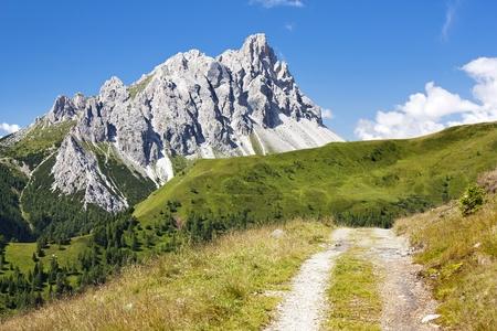 Crode Dei Longerin con strada rurale - Alpi Carniche o Alpi Carniche - Dolomiti - Italia Archivio Fotografico