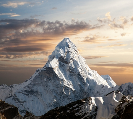 Evening view of Ama Dablam on the way to Everest Base Camp, Sagarmatha national park, Khumbu valley, Nepal 版權商用圖片