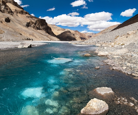 alluvial: view from Indian himalayas - mountain and river in Rupshu valley - way to Parang La and Takling la passes, passes from Ladakh to Himachal Pradesh - India Stock Photo