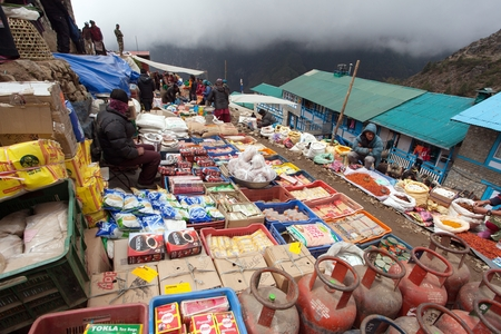 indigene: NEPAL, NAMCHE BAZAR, 13th MAY 2016 - bazaar in Namche Bazar village, there is center of Khumbu Valley, Sagarmatha national park, Nepal