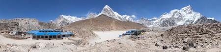 lodges: Panoramic view of Gorak Shep village, Nuptse, Pumo Ri and Kala Patthar view point, latest lodges on the way to Everest base camp tekking trail, Sagarmatha national park, Khumbu valley, Nepal Stock Photo
