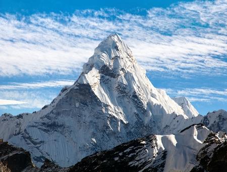 美しい曇り空、サガルマータ国立公園、クーンブ谷、ネパール エベレスト ベース キャンプに行く途中マウント海部 Dablam のビュー