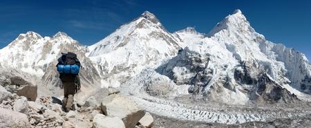 highlander: Vista panorámica del Monte Everest desde el campamento base Pumo Ri con el turista en el camino hacia el campamento base del Everest, el Parque Nacional de Sagarmatha, valle de Khumbu - Nepal